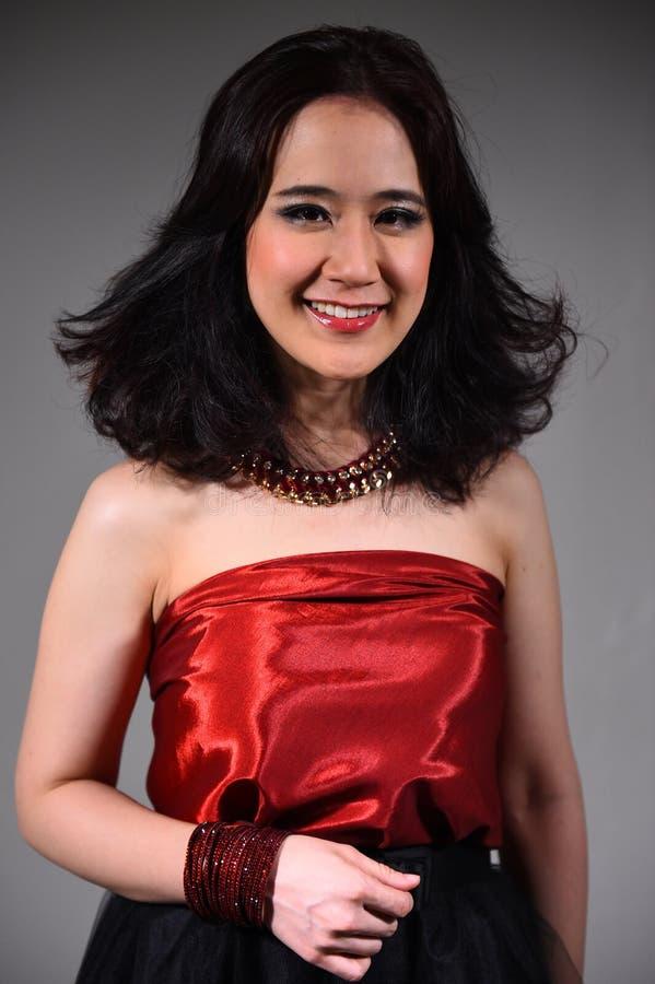 Retrato de una muchacha hermosa con coloración del cabello teñida foto de archivo