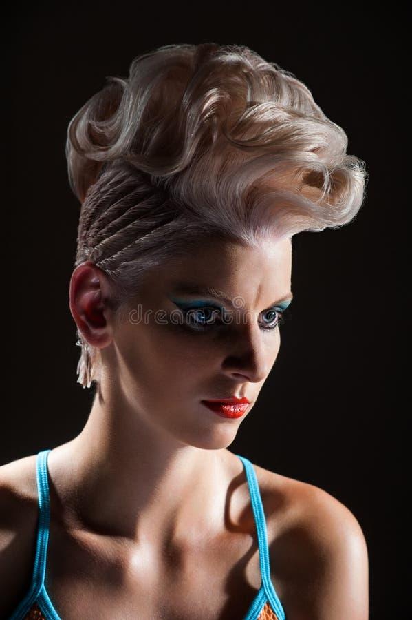 Retrato de una muchacha hermosa con el pelo teñido, coloración del cabello profesional fotografía de archivo