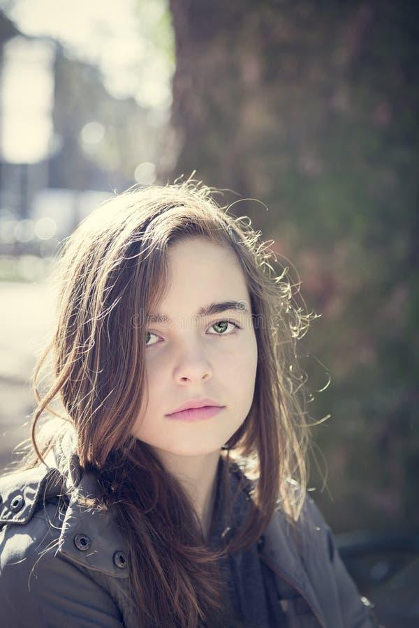 Retrato de una muchacha hermosa del adolescente imagenes de archivo