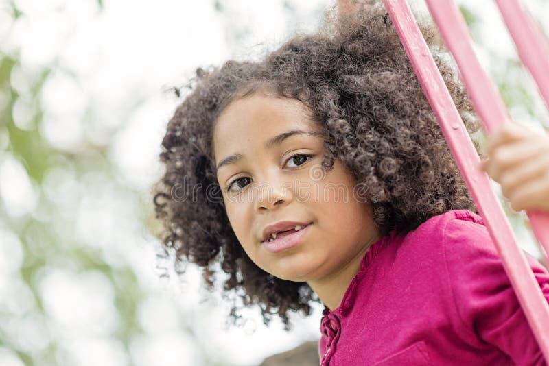 Retrato de una muchacha hermosa del preescolar con el pelo rizado precioso, imágenes de archivo libres de regalías