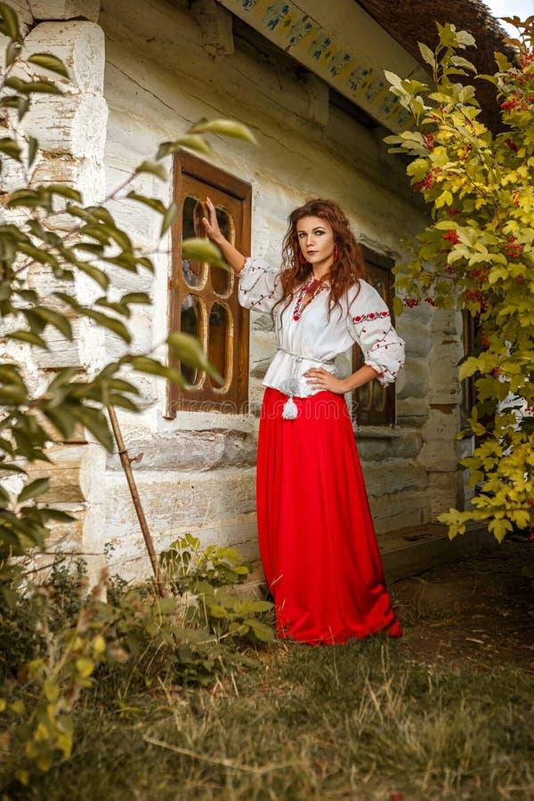 Retrato de una muchacha hermosa en el traje eslavo nacional imagenes de archivo