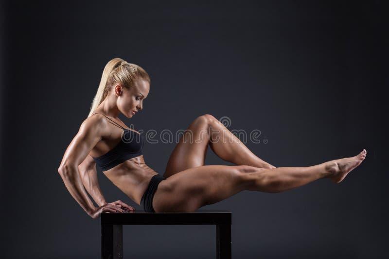 Retrato de una muchacha hermosa en los atletas del estudio imágenes de archivo libres de regalías
