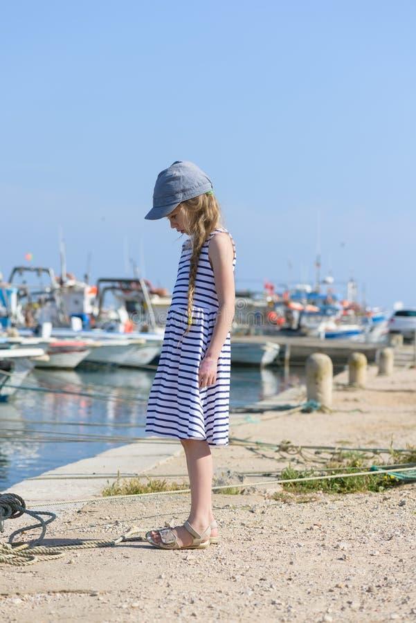 Retrato de una muchacha hermosa en puerto fotografía de archivo