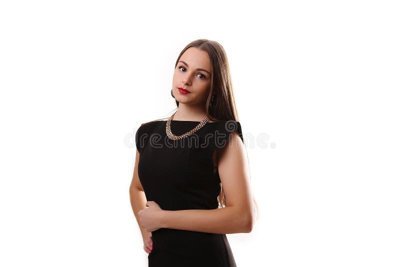 Retrato de una muchacha hermosa en un poco vestido negro aislado encendido imágenes de archivo libres de regalías