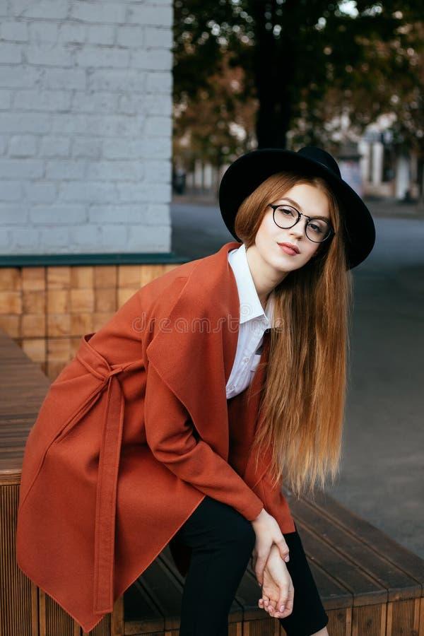 Retrato de una muchacha hermosa en un sombrero y una capa fotografía de archivo libre de regalías