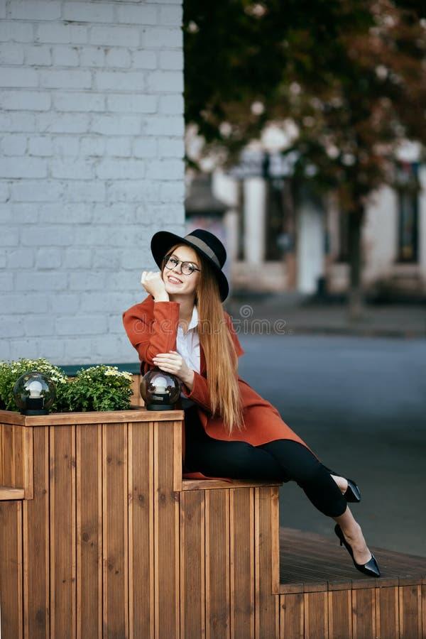 Retrato de una muchacha hermosa en un sombrero y una capa imágenes de archivo libres de regalías