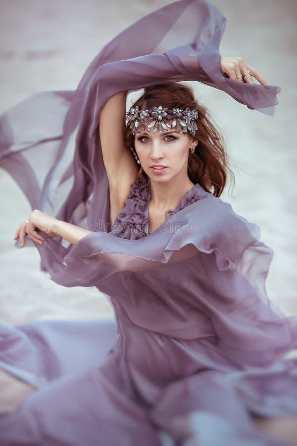 Retrato de una muchacha hermosa en un vestido de la luz de hadas fotografía de archivo libre de regalías