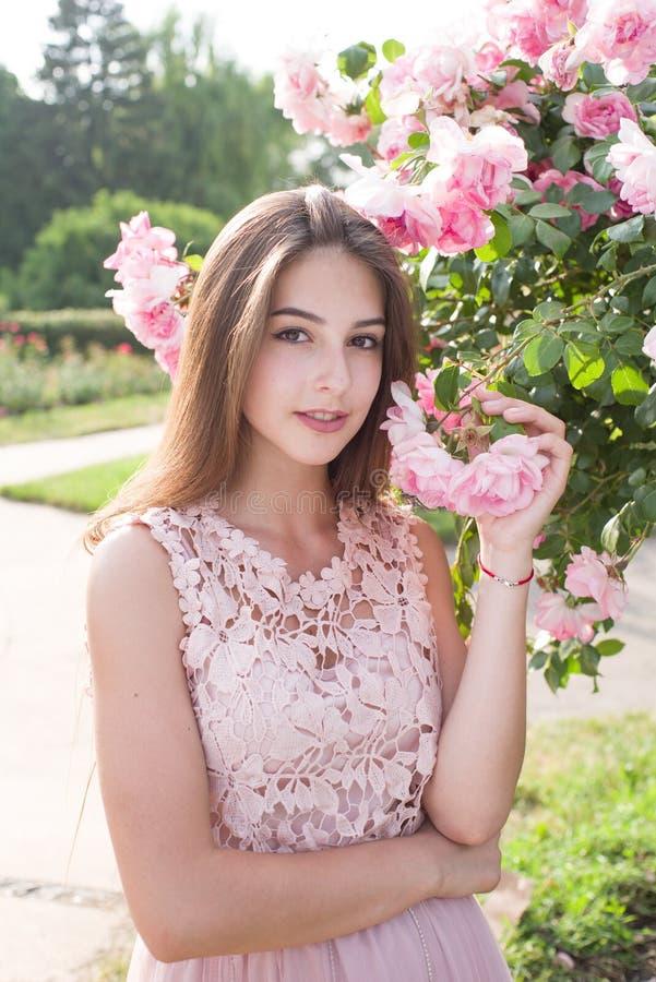 Retrato de una muchacha hermosa, muchacha feliz, rosas, rosario, jardín, flores, verano muchacha suave, retrato foto de archivo
