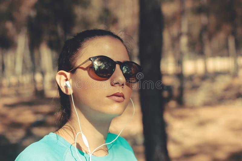 Retrato de una muchacha hermosa joven al aire libre foto de archivo libre de regalías