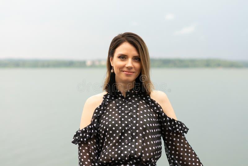 Retrato de una muchacha hermosa joven cerca del lago fotos de archivo libres de regalías