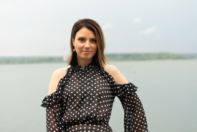 Retrato de una muchacha hermosa joven cerca del lago foto de archivo