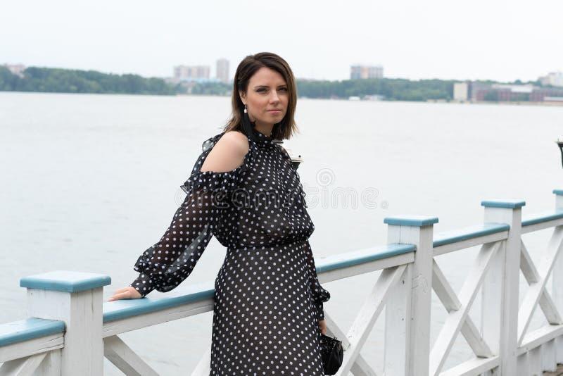 Retrato de una muchacha hermosa joven cerca del lago imagen de archivo libre de regalías
