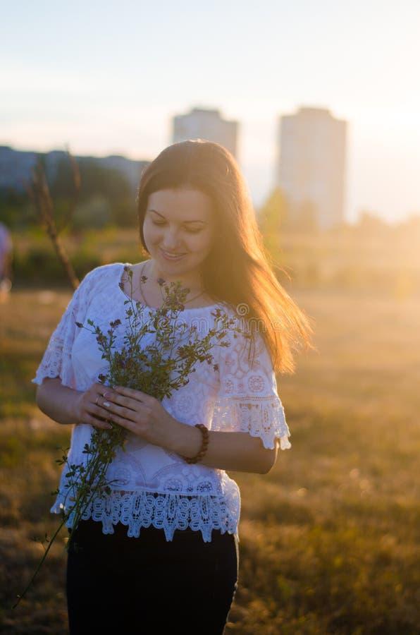Retrato de una muchacha hermosa joven en la naturaleza Puesta del sol del verano Ha foto de archivo libre de regalías