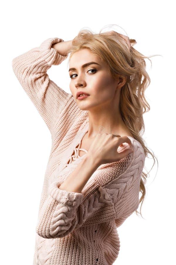 Retrato de una muchacha hermosa joven en un suéter elegante aislado foto de archivo libre de regalías