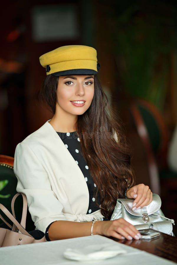 Retrato de una muchacha morena atractiva y elegante hermosa en a imagen de archivo libre de regalías