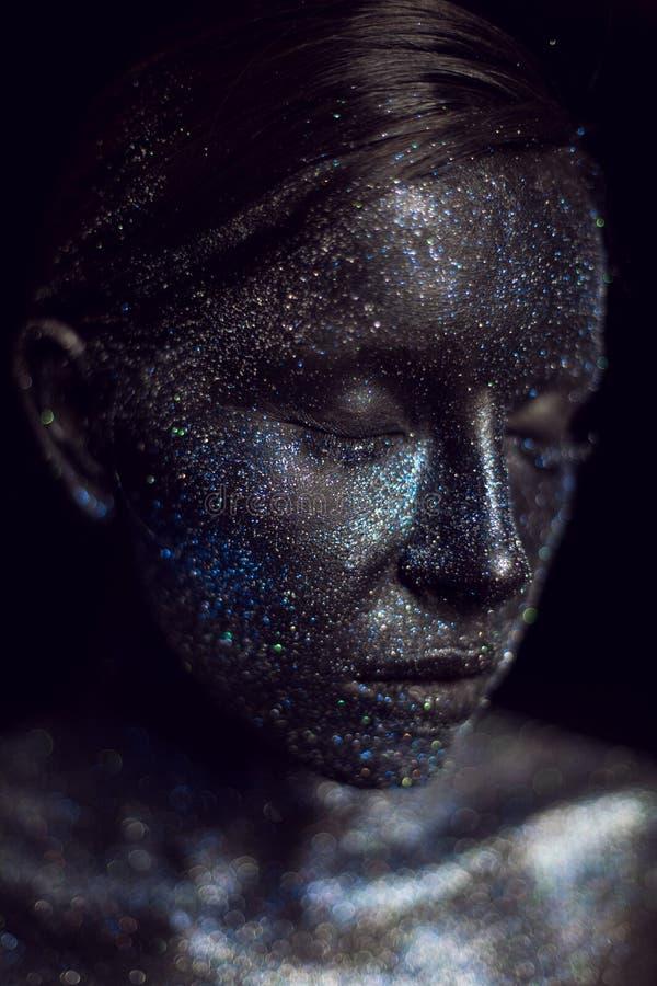 Retrato de una muchacha negra con los ojos grandes pintados con la pintura fotos de archivo libres de regalías