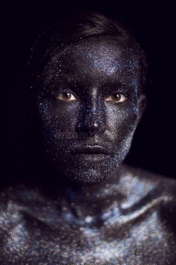 Retrato de una muchacha negra con los ojos grandes pintados con la pintura fotografía de archivo libre de regalías