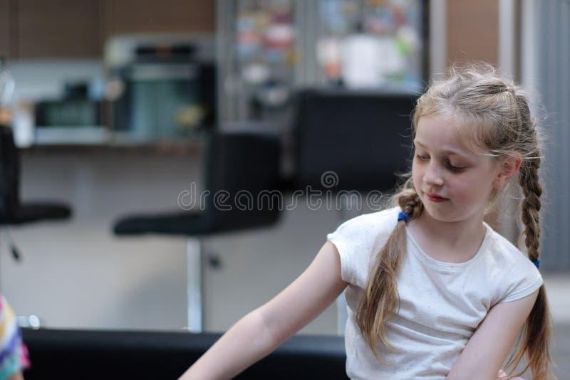 Retrato de una muchacha pecosa de pelo rubio imagenes de archivo