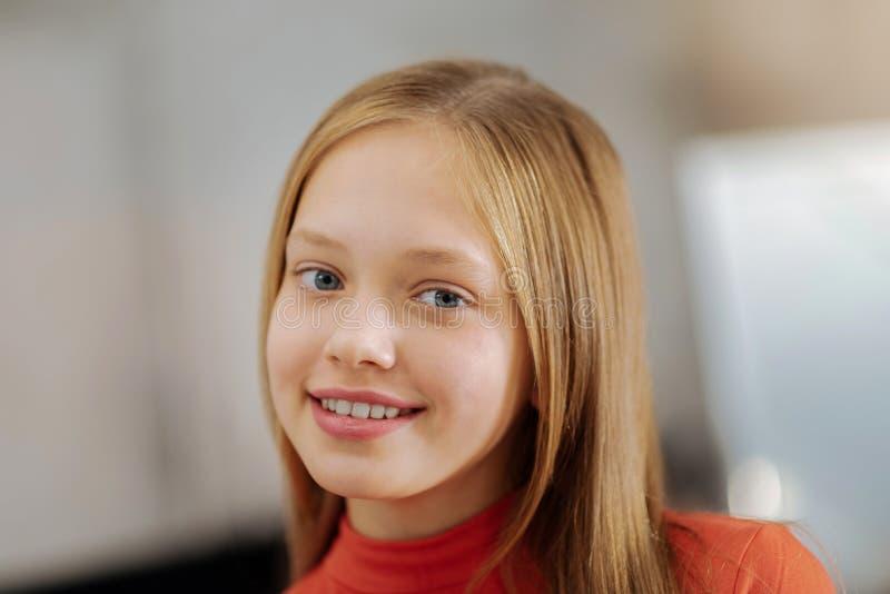 Retrato de una muchacha positiva feliz que sonríe a usted fotos de archivo