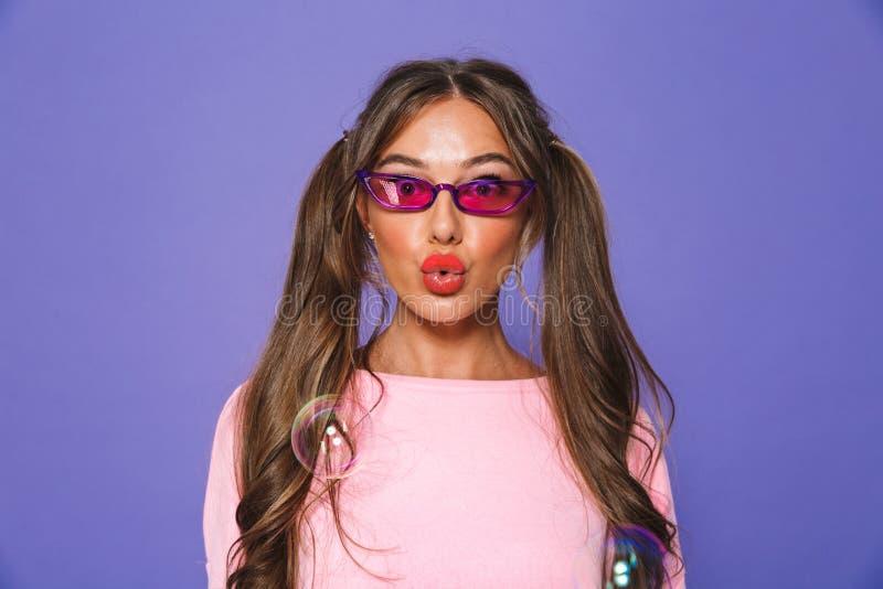 Retrato de una muchacha preciosa en camiseta en gafas de sol foto de archivo libre de regalías
