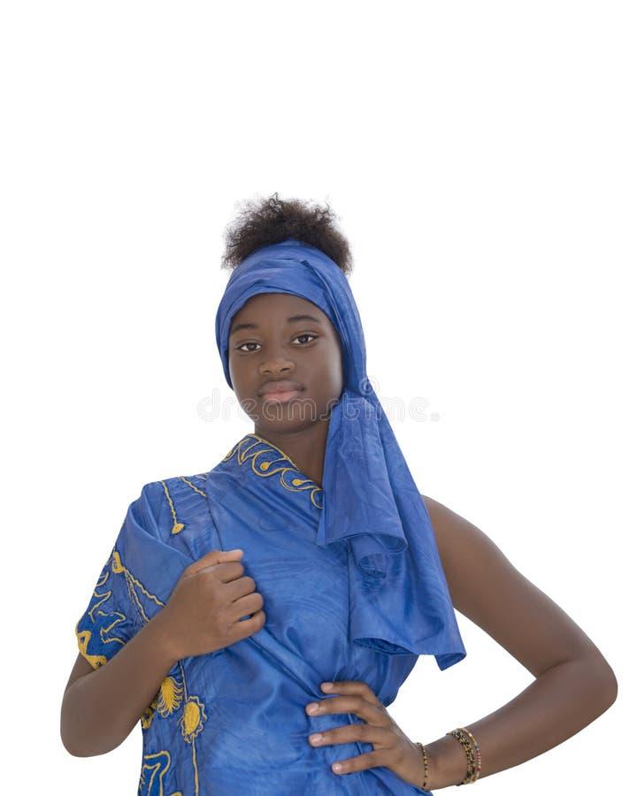 Retrato de una muchacha preciosa que lleva un pañuelo azul, aislado fotografía de archivo