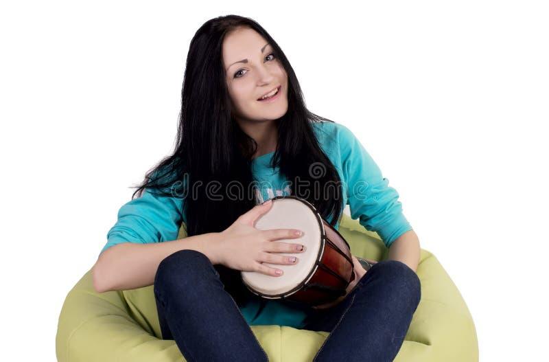Retrato de una muchacha rastafarian que juega su tambor imagenes de archivo