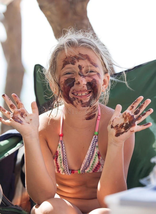 Retrato de una muchacha rubia alegre en el fango fotos de archivo