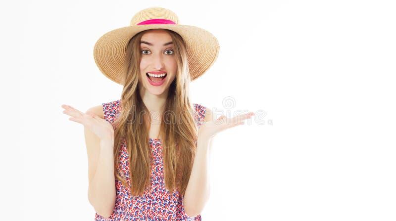 Retrato de una muchacha rubia alegre feliz en el sombrero del verano aislado sobre el fondo blanco foto de archivo