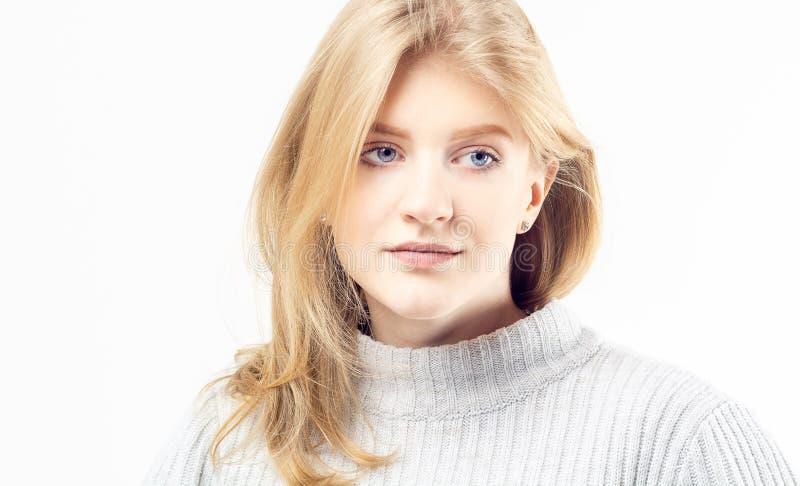 Retrato de una muchacha rubia joven fotografía de archivo libre de regalías