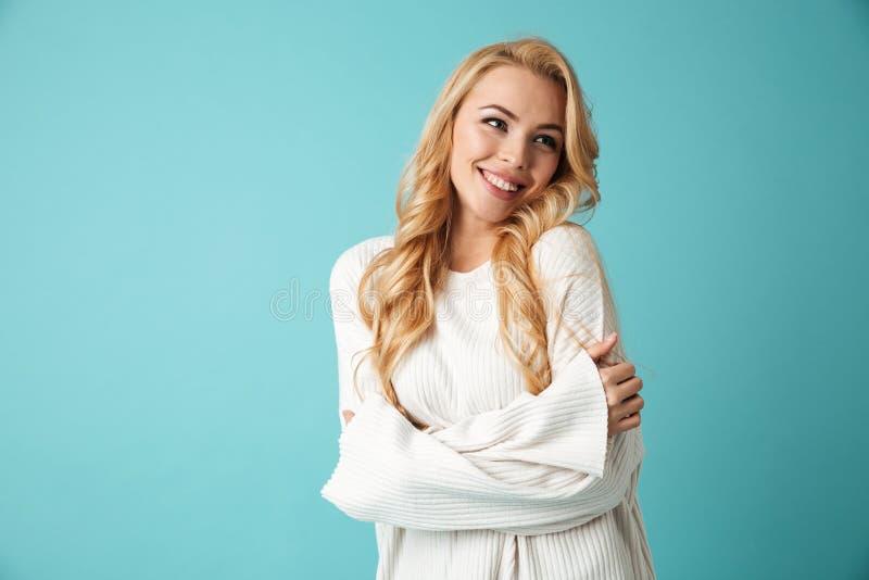 Retrato de una muchacha rubia joven sonriente imagenes de archivo