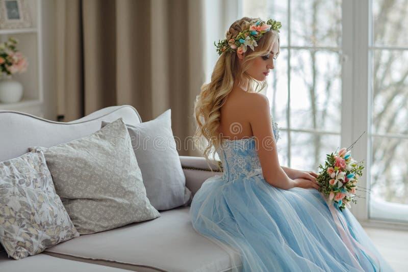 Retrato de una muchacha rubia muy hermosa de ojos azules con una guirnalda fotos de archivo libres de regalías