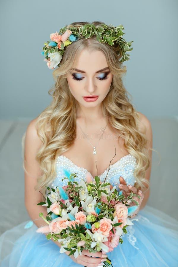 Retrato de una muchacha rubia muy hermosa de ojos azules con una guirnalda imagen de archivo