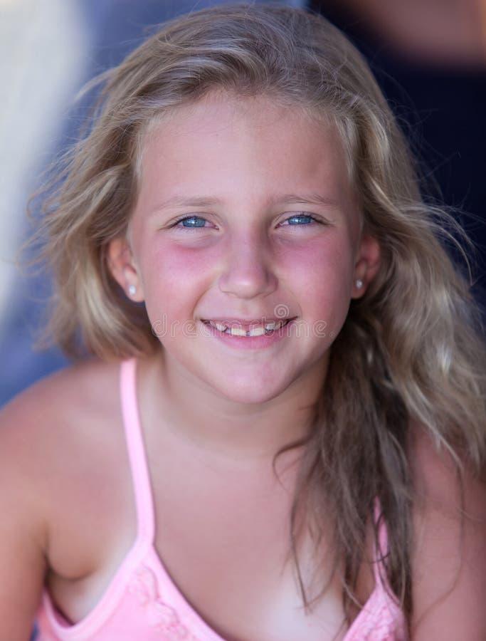 Retrato de una muchacha rubia sonriente el vacaciones imagen de archivo