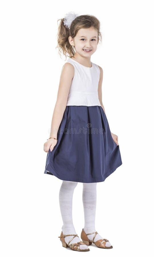 Retrato de una muchacha de seis años feliz contra el fondo blanco fotografía de archivo