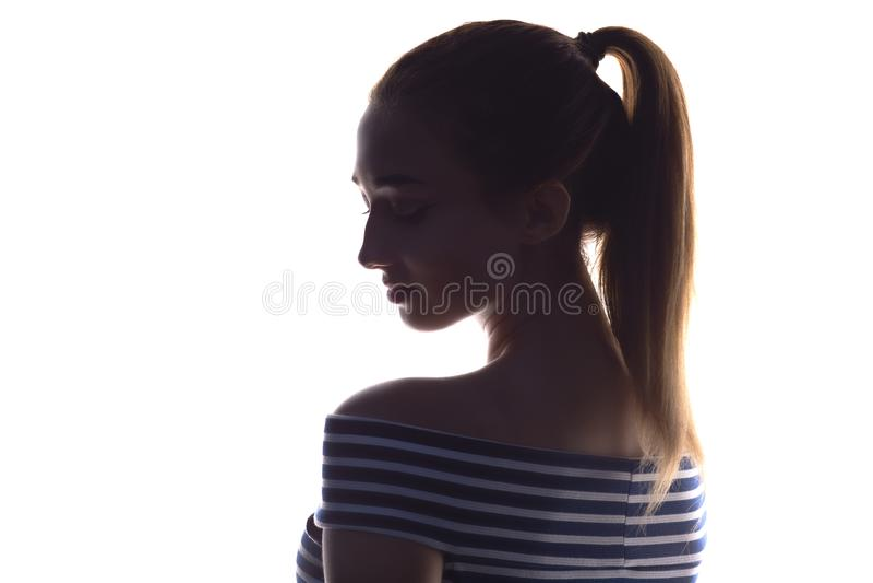 Retrato de una muchacha sensual hermosa en un fondo, una belleza del concepto y una moda blancos imagen de archivo libre de regalías