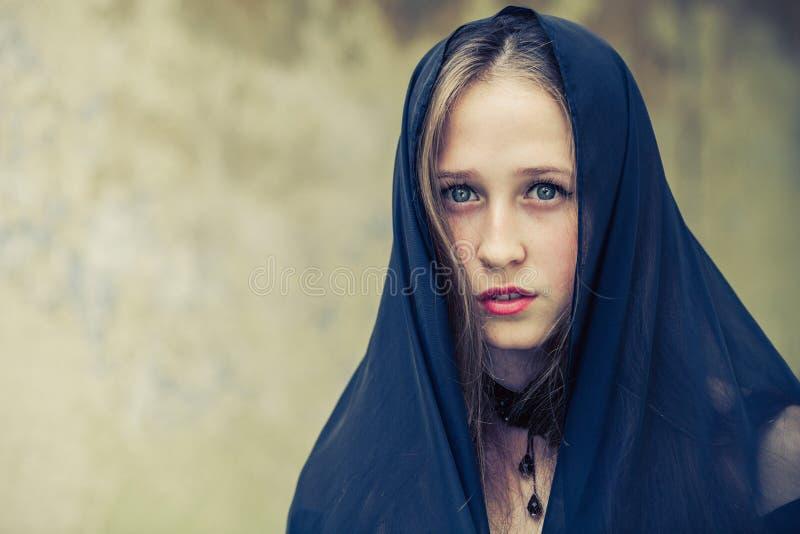 Retrato de una muchacha triste joven hermosa del goth en un viejo abandonada foto de archivo