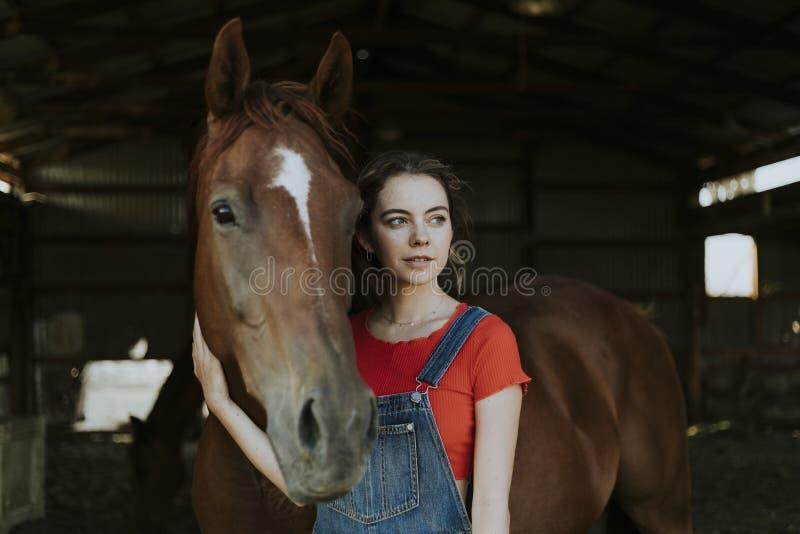 Retrato de una muchacha y de un caballo fotos de archivo libres de regalías