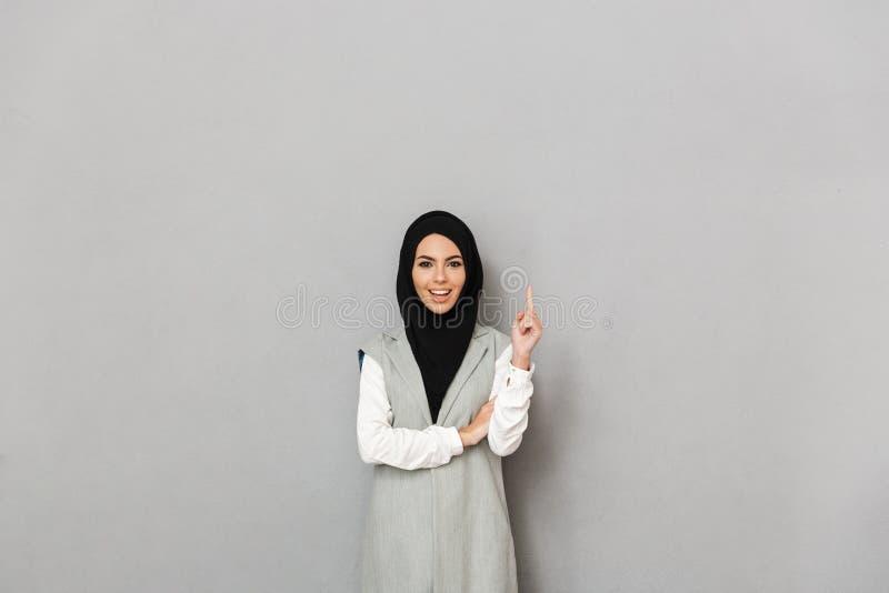 Retrato de una mujer árabe joven feliz fotografía de archivo