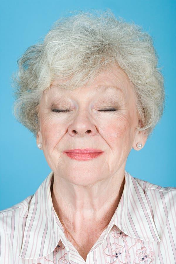 Retrato de una mujer adulta mayor fotografía de archivo libre de regalías