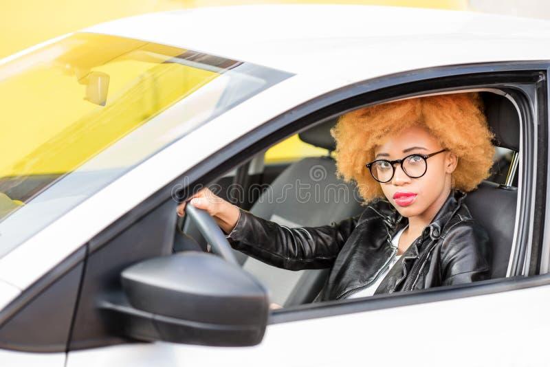 Retrato de una mujer africana hermosa en el coche imagen de archivo libre de regalías