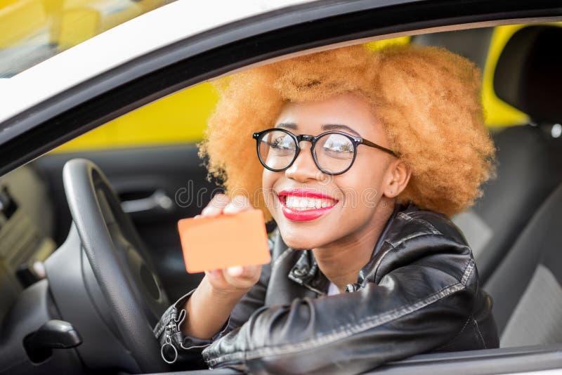 Retrato de una mujer africana hermosa en el coche foto de archivo libre de regalías