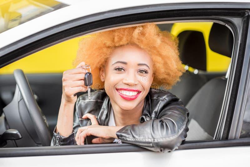 Retrato de una mujer africana hermosa en el coche fotos de archivo