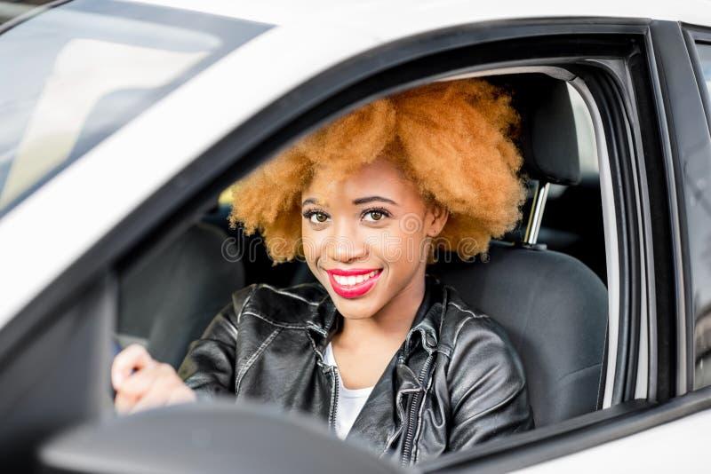 Retrato de una mujer africana hermosa en el coche imágenes de archivo libres de regalías