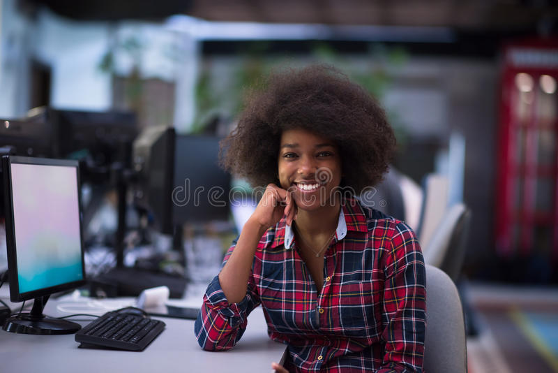 Retrato de una mujer afroamericana joven en oficina moderna imagen de archivo