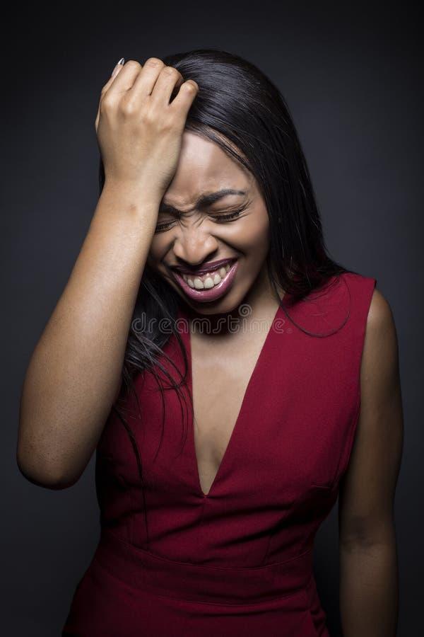 Retrato de una mujer afroamericana negra que incurre en una equivocación imagenes de archivo