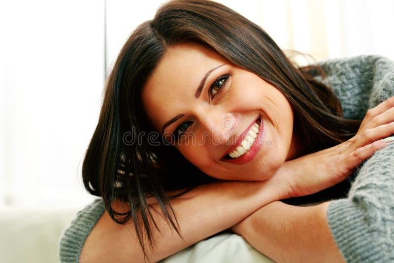 Retrato de una mujer alegre joven imagen de archivo libre de regalías