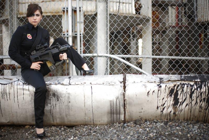 Retrato de una mujer armada imagen de archivo libre de regalías