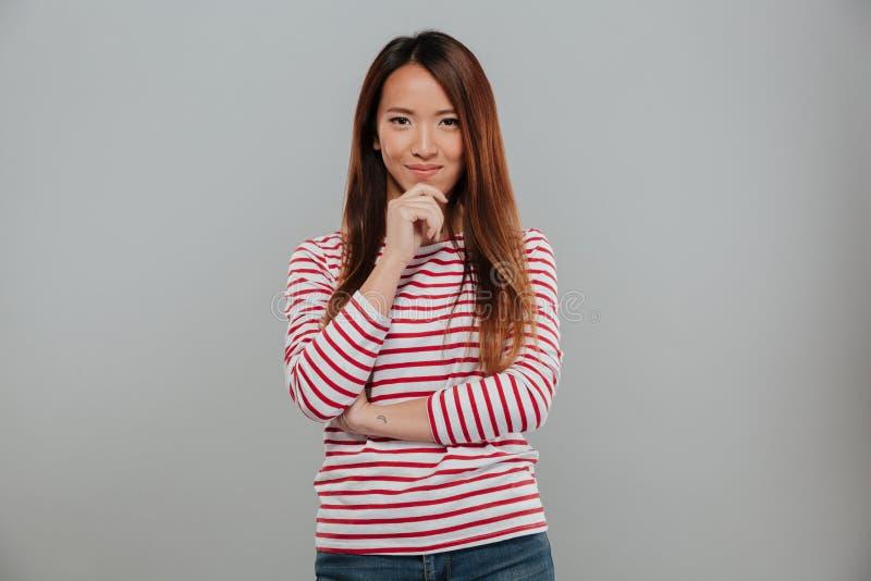 Retrato de una mujer asiática que coloca y que mira la cámara imagenes de archivo