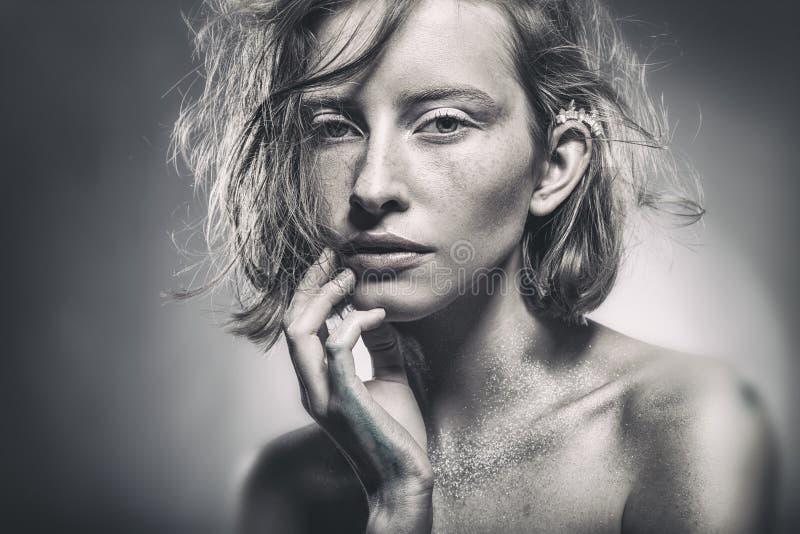 Retrato de una mujer atractiva imagen de archivo