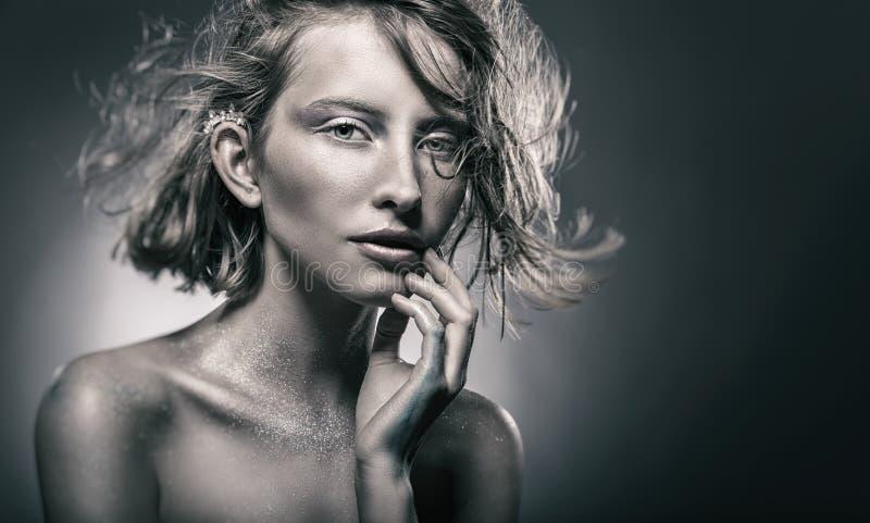 Retrato de una mujer atractiva fotografía de archivo libre de regalías